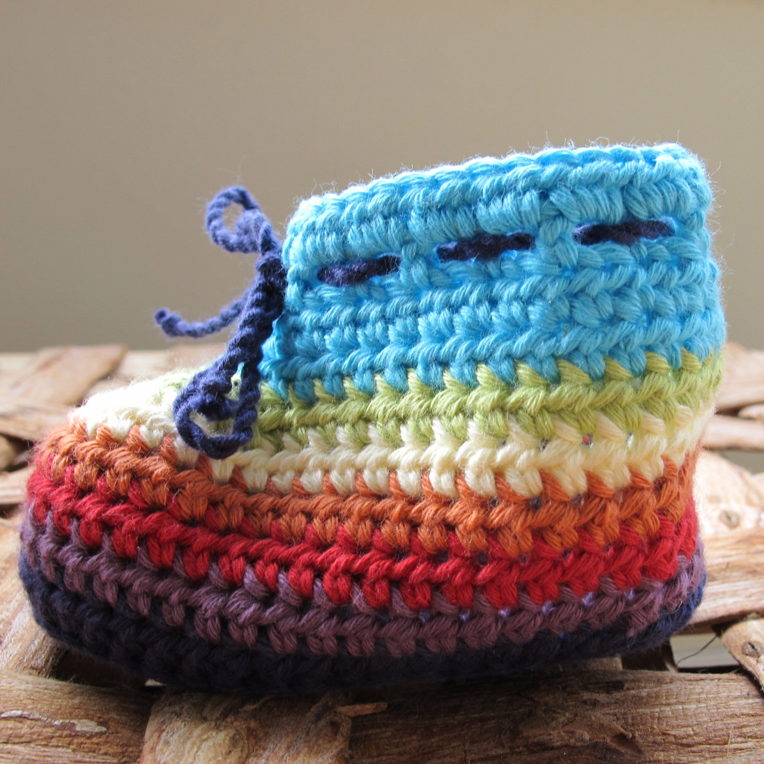 Pattern for multi-colour crochet baby booties, age 0 – 3 months